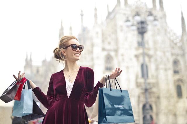 žena, která je na nákupech