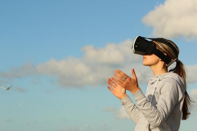 dívka a virtuální brýle
