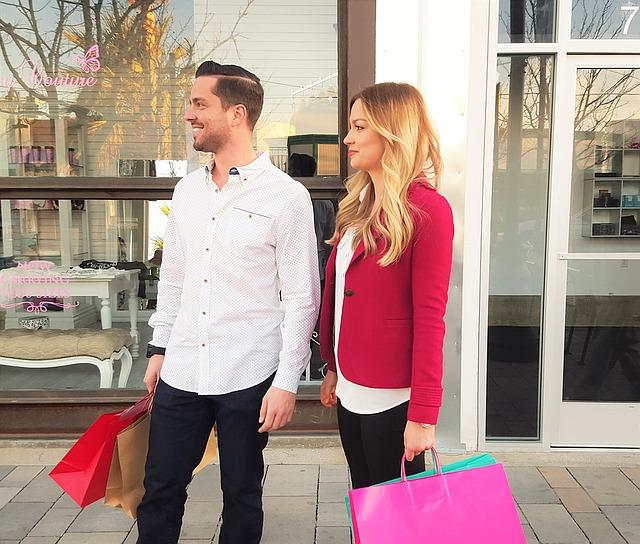 žena a muž před obchodem.jpg