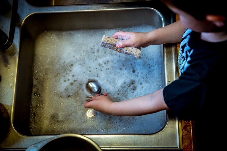 dítě co myje nádobí