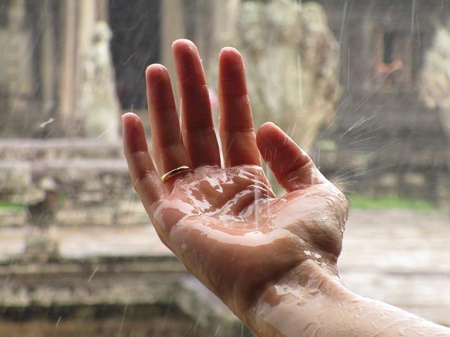 prstýnek na ruce – déšť nebo voda padá na ruku, on musí držet na prstu