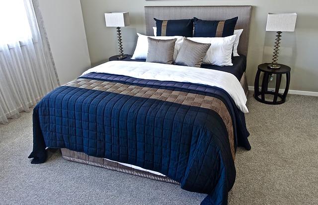 ložnice s dekorativním textilem