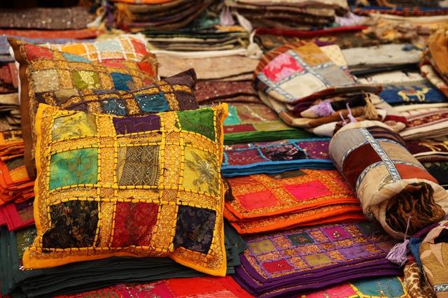 barevné polštáře a tkanina