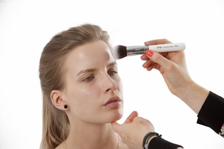 žena, které se nanáší make-up