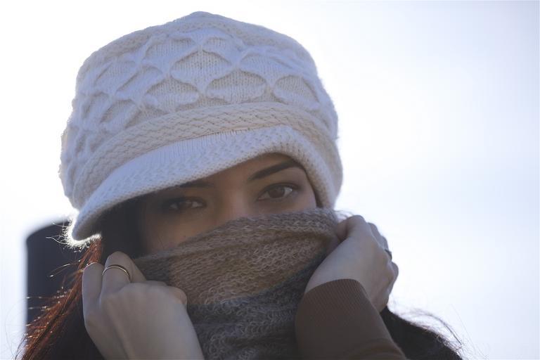 žena zahalená do čepice a šály