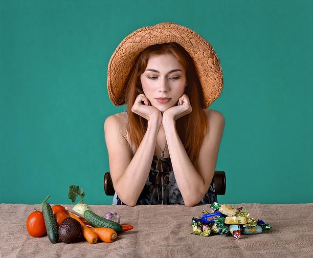 žena, která má na jedné straně hromádku s cukrovím