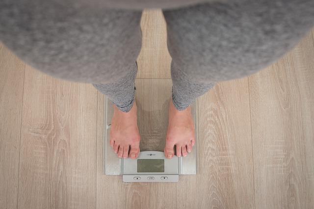 žena, která stojí na váze